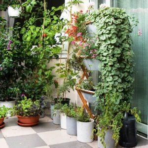 3 vertikale Blumenkästen auf Balkon