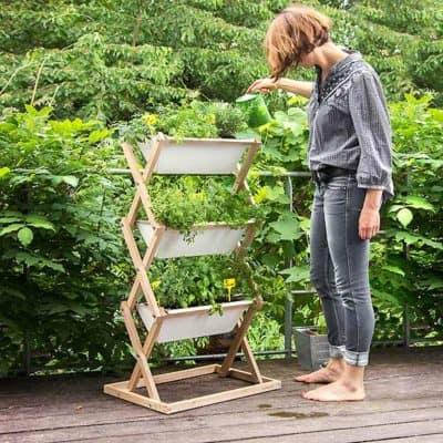 Blumenkästen für einen vertikalen Kräutergarten auf dem Balkon oder der Terrasse